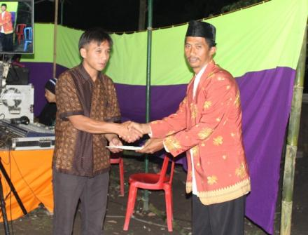 Kepala Desa Balerante Serahkan Bantuan Kepada Pemuda Kadus I Gondang