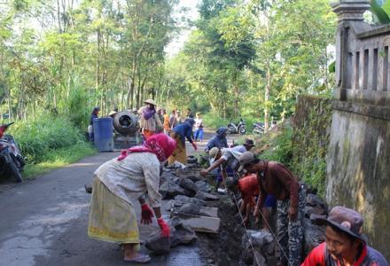 Gugur Gunung Setelah Lebaran Membangun Drainase Dukuh Banjarsari